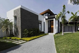 China Prefabricated Bungalow Homes , Free Design Light Steel Frame Prefab Kit Home supplier